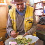 Carepack für die Minenarbeiter, Kokablätter, Zigaretten und 96%iger Schnaps