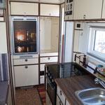 Kühlschrank, Gefriertruhe und Küchenzeile