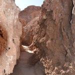 kleiner Rundweg durch enge Schluchten und Höhlen
