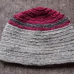 Meine Mütze für kalte Zeiten. Naturgrau und Cochenille.