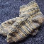 Socken. Die Wolle ist mit Birke gefärbt. Ein mal mit und einmal ohne Eisenzugabe. Das ist, glaube ich, der Oslo-Stich.