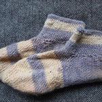 Diese Socken hat meine Tante gemacht. Sie beherrscht die sog. Freihandmethode, die ich grade noch lerne.