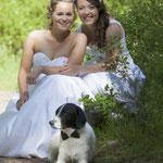 Lieve bruidjes samen met hun geliefde hond op de trouwfoto