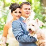 Verliefd bruidspaar samen met hond op de trouwfoto
