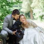 Verliefd bruidspaar samen met de hond op de foto
