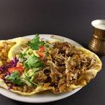 Türkische Pizza mit Salat,  Dönerfleisch & Ayran