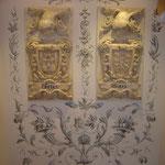 Grisallas ornamentales en el hueco de escalera. Pintura acrílica