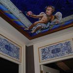 Techo pintado y paneles decorativos policromados sobre las puertas