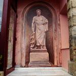 """Trampantojo estatuario """"Esculapio"""" en la entrada del hotel. Pintura acrílica."""