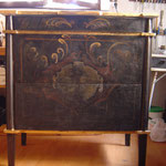 Cómoda nueva en la que se ha copiado una del sg.XVIII, incluídas sus texturas, pátinas y dorados.