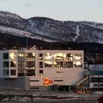 Bild 12-232 - Vorbei an modernen Gebäuden