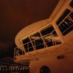 Bild 23-456 - Das Schiff gleitet in die Nacht hinaus
