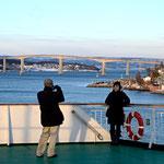Bild 12-224 - Vor einer imposanten Brücke zu possieren