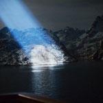 Bild 8-154 - Der enge Eingang zum Trollfjord wird nur angestrahlt