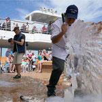 zur Unterhaltung werden Eisskulpturen geschnitzt