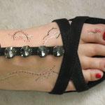 Rechter Fuß mit Nagellack und Fußbemalung