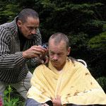 Michel darf Friseur spielen