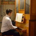 Drei kurze Orgelimprovisationen von Vincent Schneider als Zwischenspiel während der Chor singend in die Kirche einzieht.