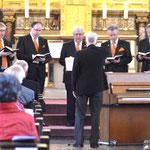 Die Choralschola trägt gregorianische Choräle vor.