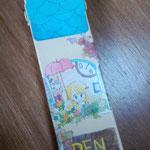 紙製・ペンケース。たてにひょろながいおうちで、フタが屋根になってます。