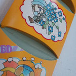 各ポケットの底は、こんなふうに、曲線で折ることによりふくらみがでるように工夫されています♪
