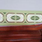 Jedes einzelne Ornament erfordert eine eigene Schablone und wird nacheinander im entsprechenden Farbton angelegt.