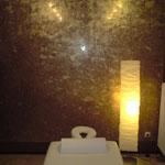 In einem Wellnessbereich, Stucco Lustro in einem dunklen braun ausgeführt und anschließend mit Goldwachs poliert.