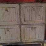 Die vorher glatte Möbelfläche wurde in Kassetten aufgeteielt und mit einer einfachen Holzimitation und Patina versehen.
