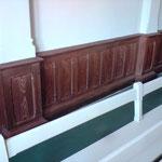 Die Sockleflächen wurden mit einer Holzimitationsmalerei in der Holzart Eiche bemalt und transparent lackiert.
