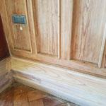 Die Übermalung der Sockelflächen wird von einer Fachfirma bis zum Holz abgenommen.
