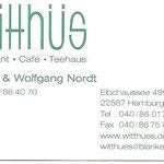 In Blankeneeses guter Stube, dem Restaurant und Café Witthüs, im Hirschpark, wurde eine glatte Schiebetür beidseitig mit gemalten Kassetten versehen, um die große Fläche den sonstigen Türen anzugleichen.