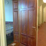 Die Türen zum Sitzungssaal sind innenseitig mit gemaltem Eichenholz versehen.