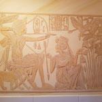 Wandmalerei nach einer Vorlage des goldenen Schreins aus dem Grab von Tutanchamun. Mit freundlicher Genehmigung der bpk Bildagentur Berlin.