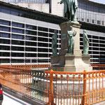 Der Metallzaun des Schillerdenkmals von 1866 am Dammtordamm in Hamburg während der Restaurierung mit Rostschutzanstrich.