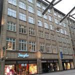 Überarbeitung des Fensteranstrichs an einem Geschäftshaus in der Spitaler Straße in der Hamburger Innenstadt.