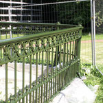 Nach dem ersten Deckanstrich erahnt man die fertige Arbeit im historischen grünen Farbton aus Leinoelfarbe.