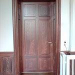 Eichenholz-Imitation auf einer Tür des Sitzungssaals im Amtsgericht Hamburg-Harburg.