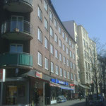 Fensteranstrich an einem Mehrfamilienhaus in Hamburg Winterhude.