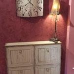 Wandgestaltung mit Glättetechnik und Möbelbemalung, abgestimmt auf die Farbgebung der Uhr.