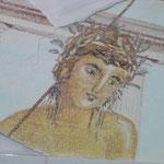Durch eine leichte Entfernung der oberten Farbschicht erhält die fertige Malerei einen morbiden Charakter.