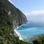 Dans le flan de la falaise, notre route / Côte Est
