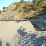 Entwässerungsgräben werden gegraben um das umliegende Feuchtgebiet trocken zu legen