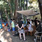 Im Zentrum des Camps: der Gemeinschaftstisch