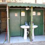 Dusche und Toiletten