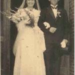 © Hans Rudolph   /  Hochzeit von Alfons und Lucia Wagner im Hauseingang van Mark 1949