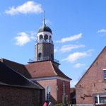 Foto: Holger Lauf  /   Ein Blick von der Marktstraße (Sielstraße) auf die Kirche