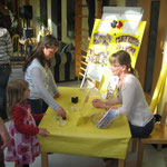 Mitarbeiterschulung für Erzieher von Kindertagesstätten Info-Stand beim Tag der offenen Tür in einer Kita