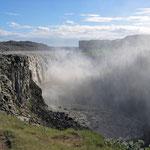 Dettifoss - über eine Breite von 100 m stürzen die Wassermassen 45 m in die Tiefe