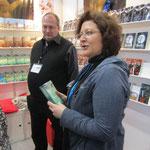 Susanne Leuders mit dem ersten Band ihrer Entenya-Saga