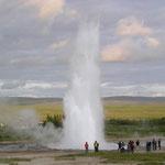 Geysir Strokkur - 25 m hoch schießt die kochende Wassersäule. Man sollte die Windrichtung beachten ;)